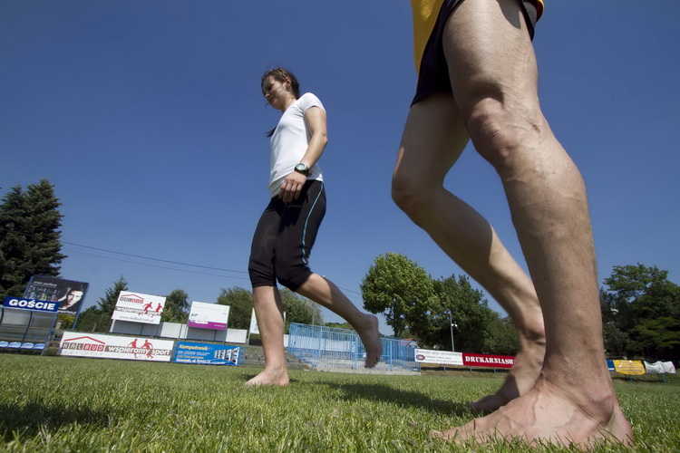 Lekcja biegania na bosaka. Fot. Julian Redondo Bueno