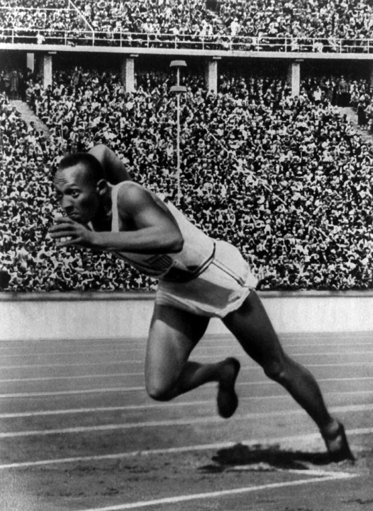"""Jesse Owens. Fot. reprodukcja z """"Die Olympischen Spiele, 1936"""" p.27, 1936. Autor nieznany"""