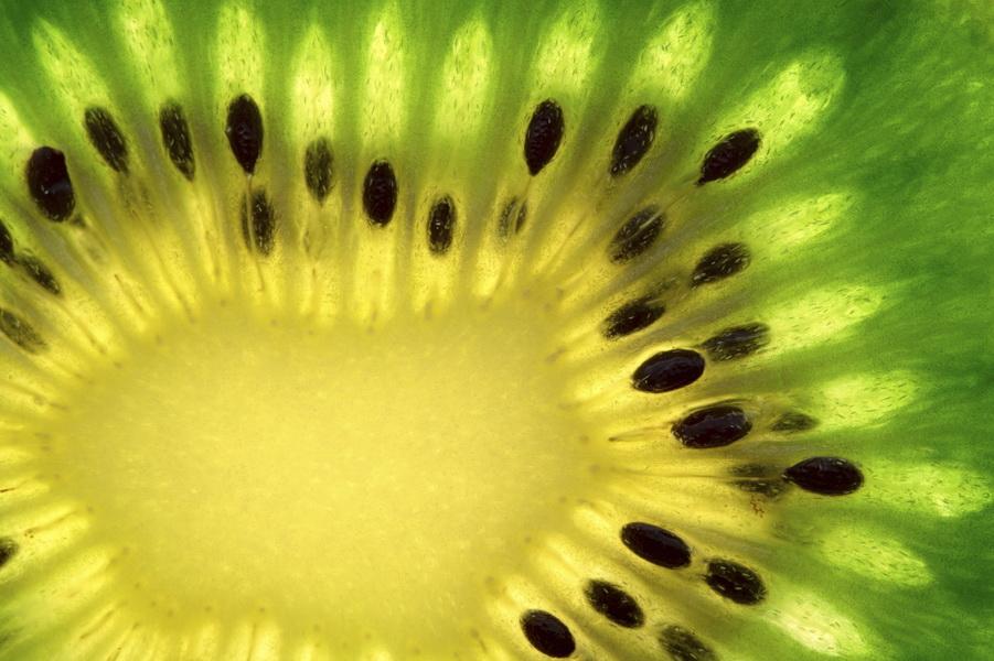 Kiwi ma działanie alkalizujące, odkwasza organizm biegacza. Fot. istockphoto.com
