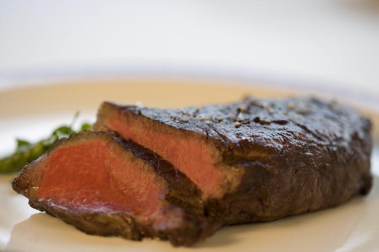 Czerwone mięso jest źródłem żelaza. Fot. istockphoto.com