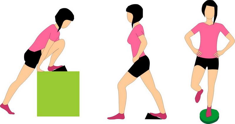 Autostretching (samodzielne rozciąganie) i ćwiczenia na równowagę. Od lewej: rozciąganie mięśnia płaszczkowatego, brzuchatego łydki, ćwiczenie równowagi na poduszce rehabilitacyjnej.