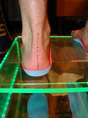 Specjalnie wykonana wkładka koryguje ustawienie stopy i wymusza pracę mięśni