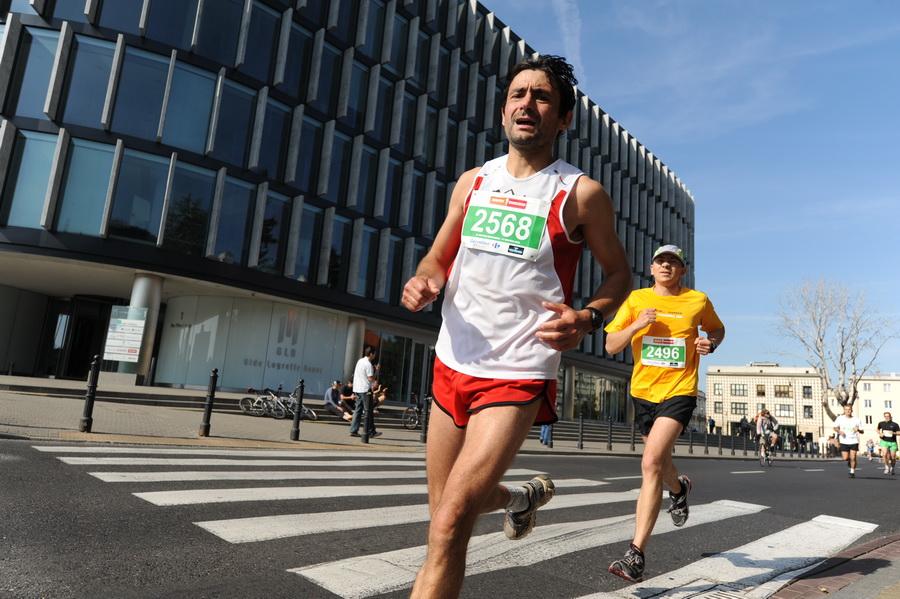 Artur Paszczak podczas swojego maratońskiego debiutu. Fot. Fotomaraton