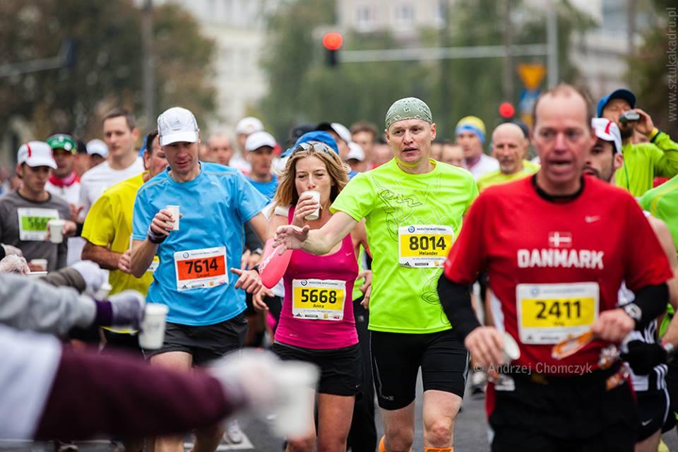 Anna Pawłowska-Pojawa w różowej koszulce. 35. Maraton Warszawski. Fot. Andrzej Chomczyk www.sztukakadru.pl