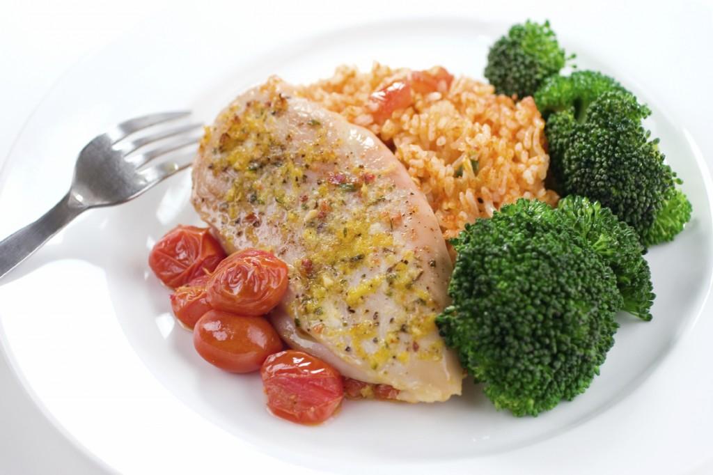 Kurczak z ryżem, lekkostrawny obiad dla biegacza. Węglowodany i białka