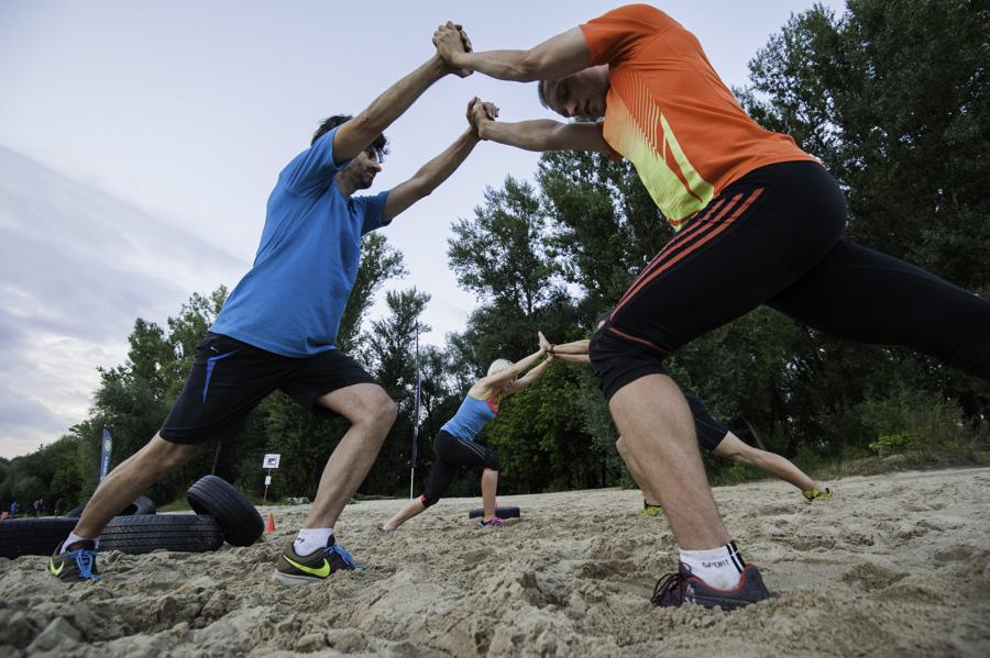 Boot Camp - rozciąganie w parach Fot Piotr Dymus