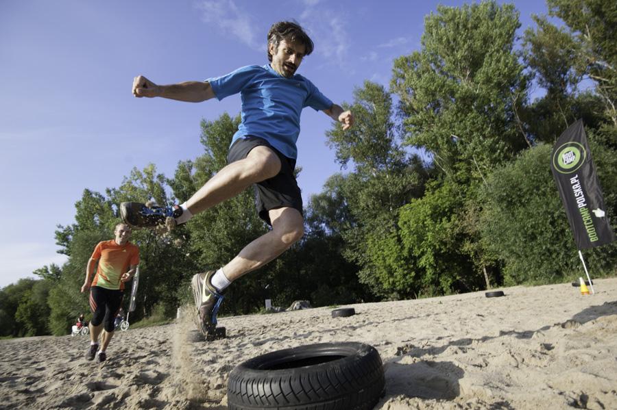 Boot Camp - skakanie z nogami w bok Fot Piotr Dymus