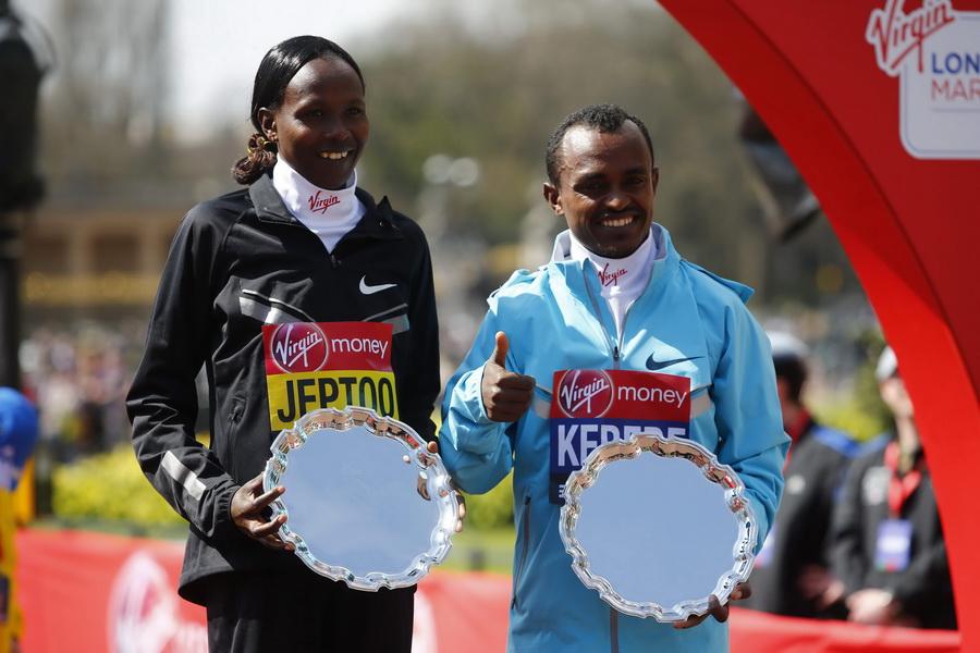 33. London Marathon. Priscah Jeptoo i Tsegaye Kebede celebrują zwycięstwo. Fot. PAP