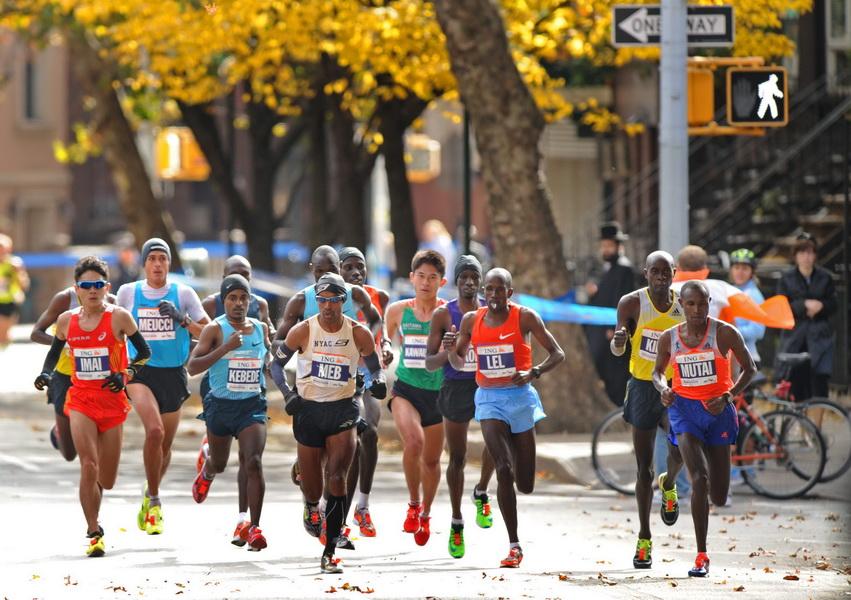 New York City Marathon 2013. Zwyciężył Geoffrey Mutai - po prawej. Fot. PAP