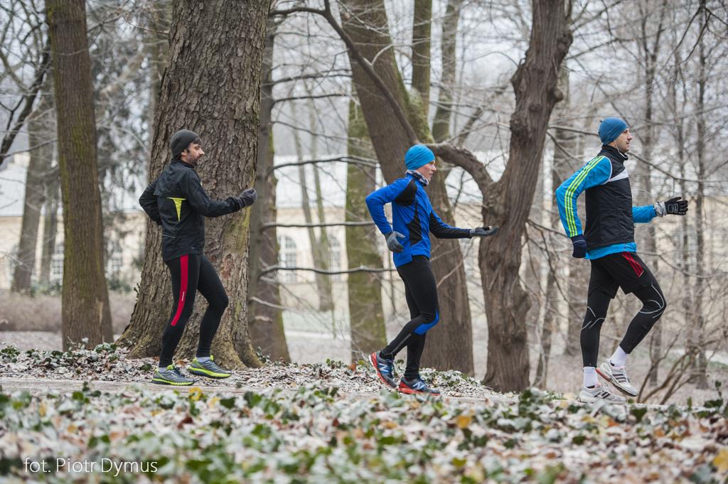 Lekcja poprawnej techniki biegu. Praca rąk podczas biegu. Fot. Piotr Dymus