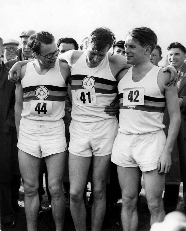 1954 rok, Roger Bannister (po środku) złamał właśnie barierę 4 minut w biegu na milę. Po prawej Chris Chataway - jego pacemaker w tym wydarzeniu. Fot. FORUM (Keystone Press Agency)