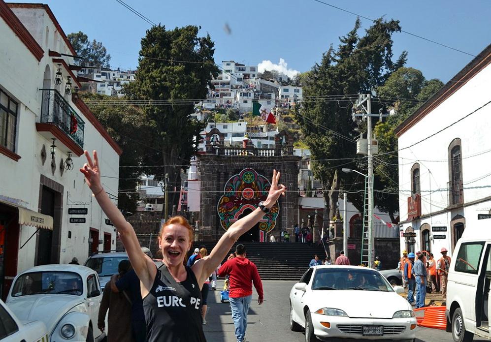 Dominika i Karol Nowakowscy na obozie wysokogórskim w Meksyku. Każda mała miejscowość ma swój urok. W tej np. domy wybudowane zostały na stromych zboczach góry, a na jej szczycie są pozostałości po piramidach z X wieku. Fot. Karol Nowakowski