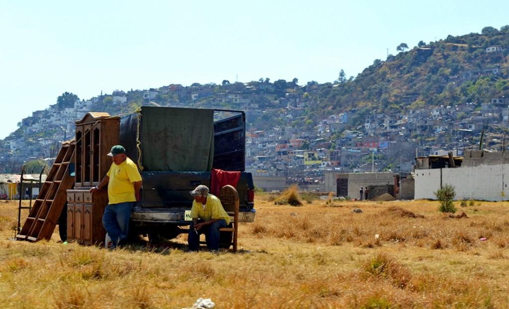 Dominika i Karol Nowakowscy na obozie wysokogórskim w Meksyku. Tubylcy handlują czym się da. Często na rozmaitych skrzyżowaniach i drogach można kupić po atrakcyjnych cenach zabytkowe i nietuzinkowe meble i inne perełki. Fot. Karol Nowakowski
