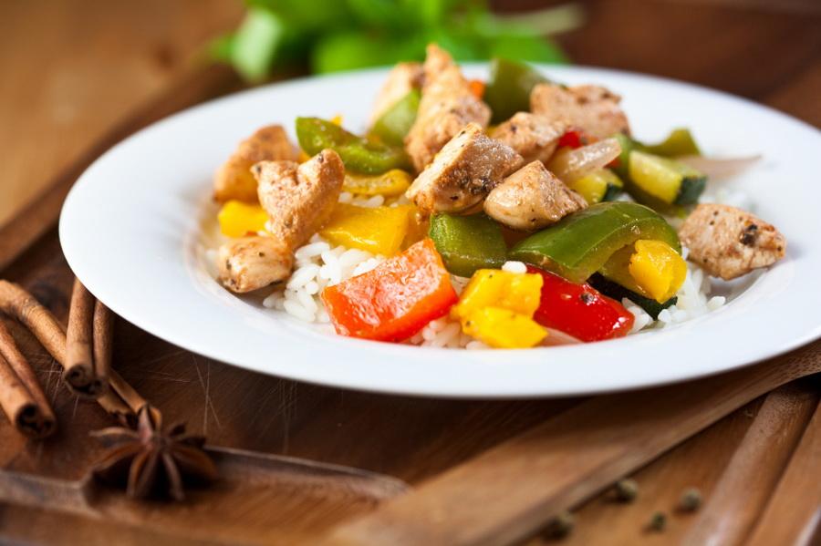 Kurczak z ryżem i warzywami Fot. istockphoto.com