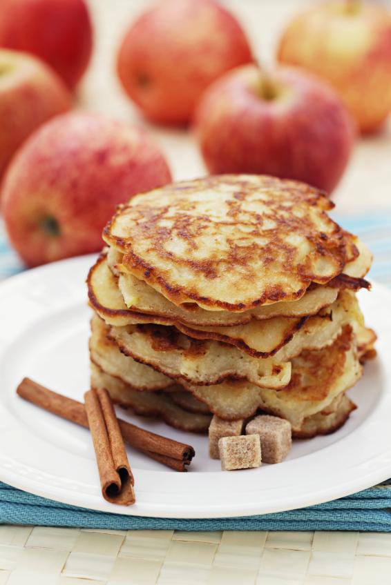 Racuchy z jabłkami i cynamonem. Fot. istockphoto.com