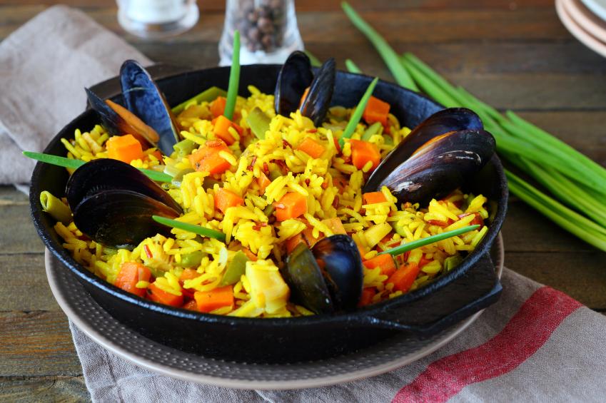 Paella - pasta party bez makaronu. Fot. istockphoto.com