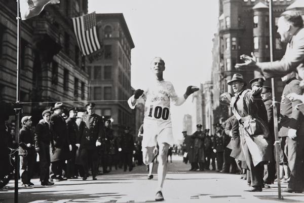 1911 - Clarence DeMar na trasie. Fot. www.BAA.org