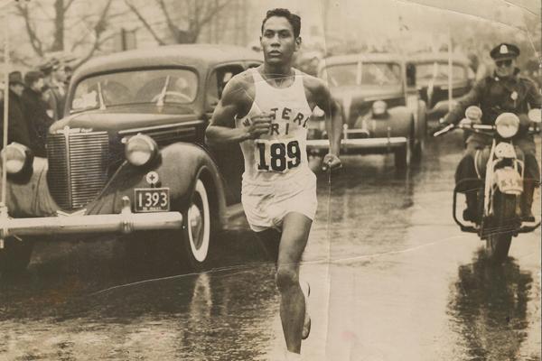 1936. Ellison Tarzan Brown podczas maratonu bostońskiego. Fot. www.BAA.org