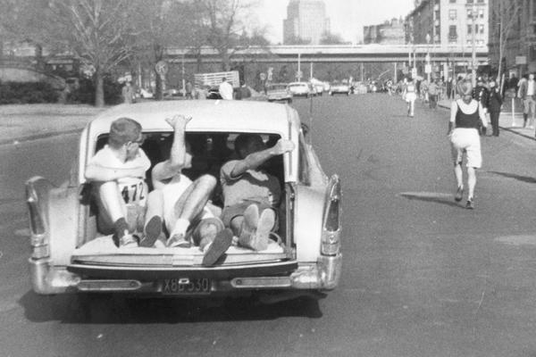1966 - Roberta Gibb na trasie maratonu w Bostonie. Fot. www.BAA.org
