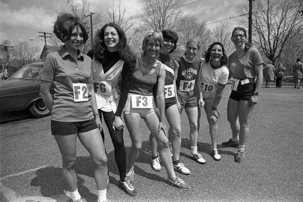 1972 rok - po raz pierwszy kobiety mogą startować oficjalnie w maratonie. ina Kusciak, Katherine Switzer, Elaine Pederson, Ginny Collins, Pat Barrett, Frances Morrison, Sara Mae Berman (na zdjęciu nie ma jeszcze jednej - Valerie Rogosheske). Fot. www.BAA.org