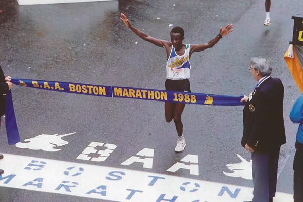 1988 - Ibrahim Hussein - Kenijczyk stał się pierwszym afrykańskim zwycięzcą maratonu w Bostonie i dużego maratonu w ogóle. Fot. www.BAA.org