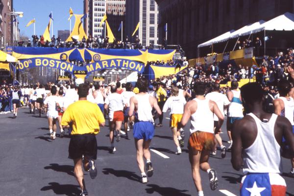1996. 38708 osób stanęło na starcie setnego bostońskiego maratonu i przez siedem lat ten rekord frekwencji nie został pobity przez żadną inną imprezę.  Fot. www.BAA.org