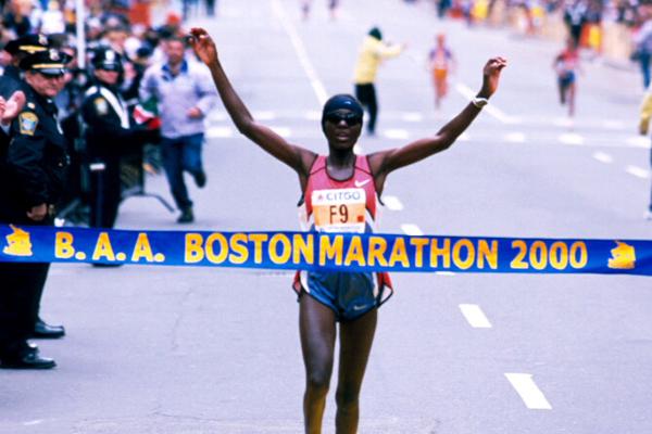 2000 - Catherine Ndereba w maratonie bostońskim. Fot. www.BAA.org