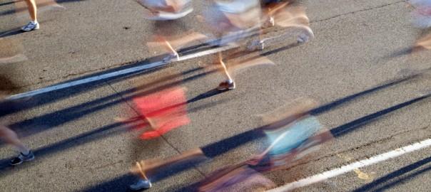 Rozmazani biegacze szosowi. Fot. istockphoto.com
