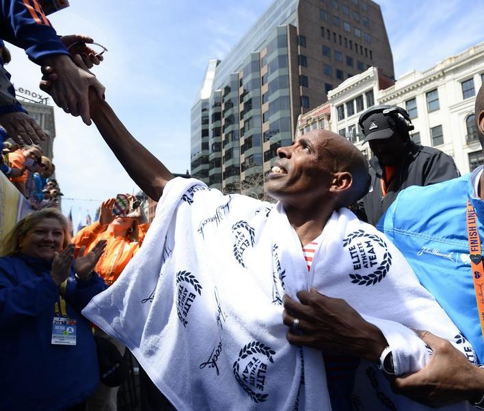 Meb Keflezighi odbiera gratulacje od kibiców po wygranej w 118. Boston Marathon. Fot. PAP