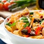 Makaron kokardki z warzywami. Fot. istockphoto.com