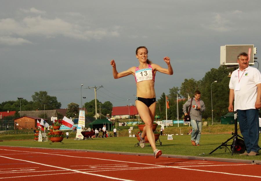 Marta Krawczyńska wygrywa bieg o mistrzostwo Polski na dystansie 10 000 metrów w maju 2014 w Postominie. foto: Marcin Nagórek