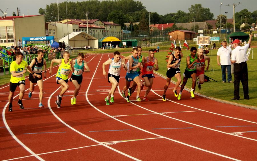 Start biegu męskiego podczas mistrzostw Polski na dystansie 10 000 metrów w maju 2014 w Postominie. Foto: Marcin Nagórek
