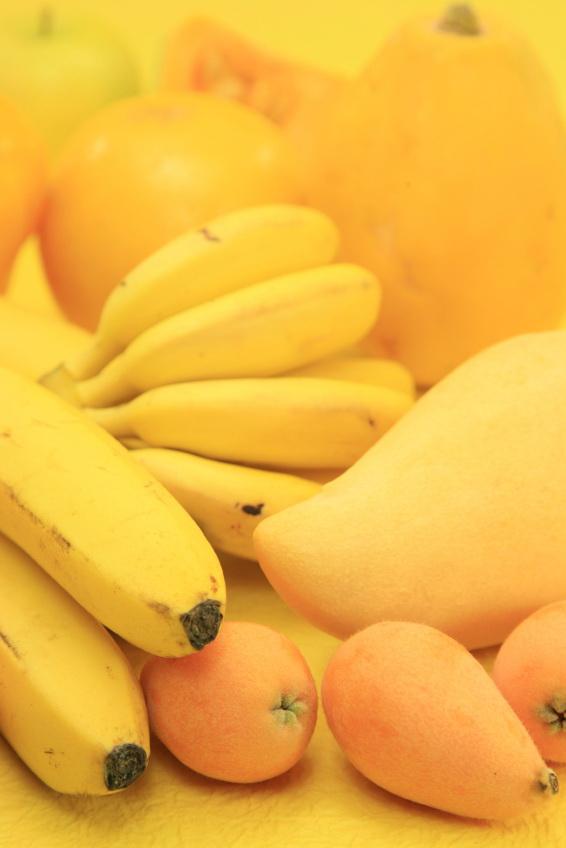 Banany, mango, jabłka, żółte owoce. Fot. istockphoto.com