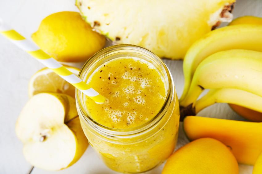 Smoothie z żółtych owoców - bananów, mango, cytryn, jabłek i ananasa. Fot. istockphoto.com