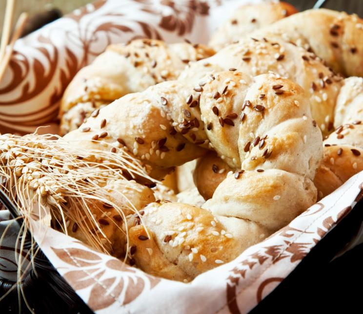Bajgle z sezamem i siemieniem lnianym. Fot. istockphoto.com