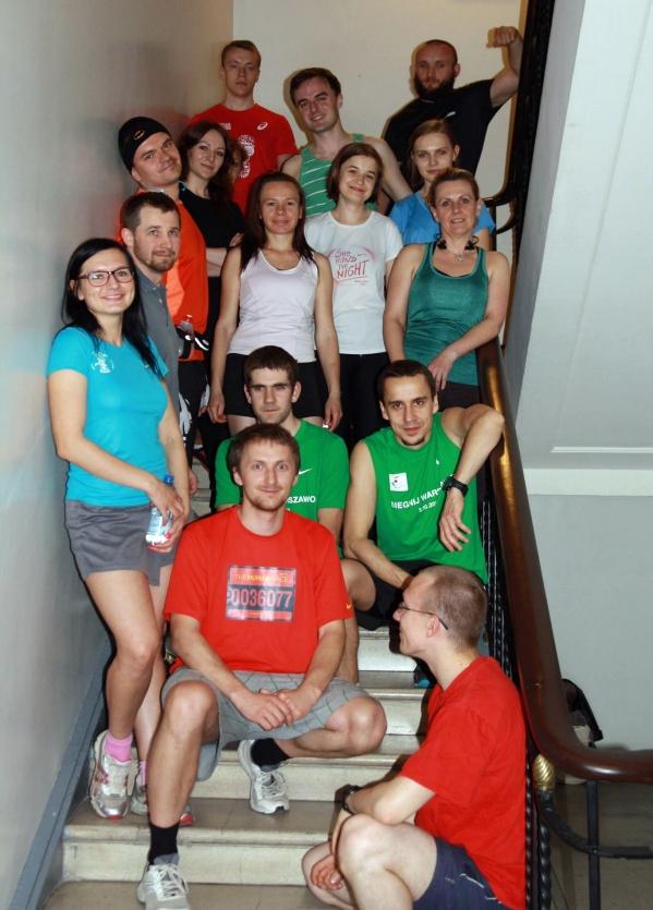 grupa biegamy po schodach