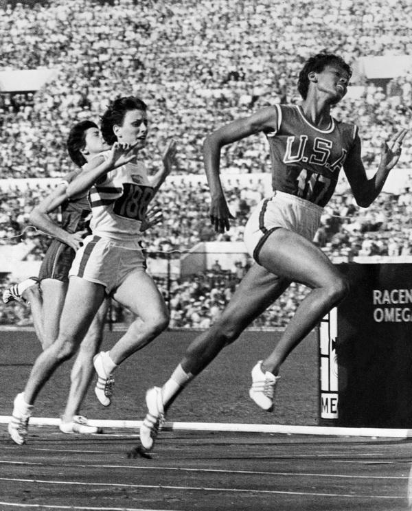 Wilma Rudolph zwycięża w biegu na 100 m podczas Igrzysk Olimpijskich w Rzymie 1960. Fot. East News