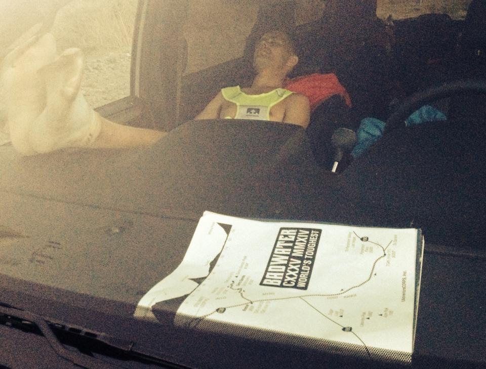 Darek Strychalski podczas snu w aucie Fot Filip Bojko