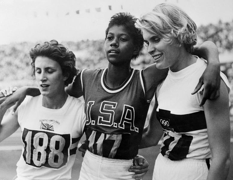 Wilma Rudolph - Czarna Gazela po zwycięstwie biegu na 200 m. Po prawej Jutta Heine i po lewej Dorothy Hyman. 1960 rok, Rzym. Fot. East News