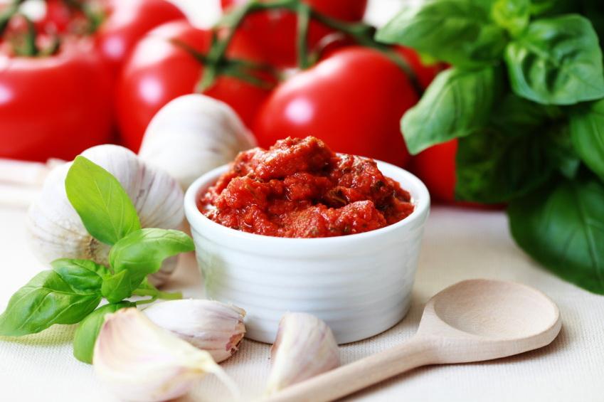 Sos pomidorowy i pomidory. Fot. istockphoto.com