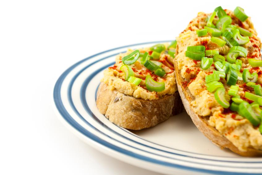 Pasta z ciecierzycy do kanapek. Fot. istockphoto.com