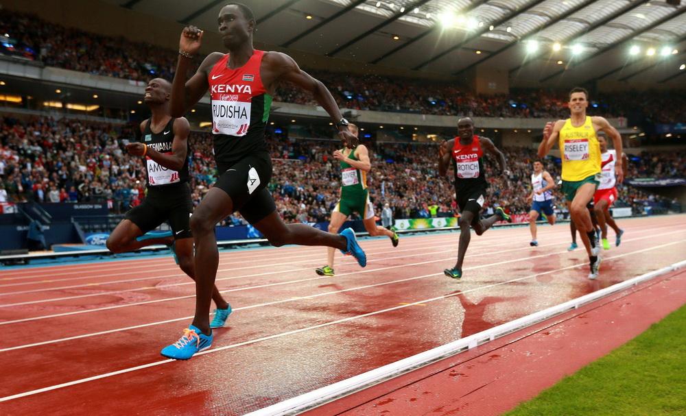 Nijel Amos z Botswany podejmuje walkę z Davidem Rudishą na 800 metrów podczas Igrzysk Wspólnoty Brytyjskiej. Wygrał. Fot. PAP