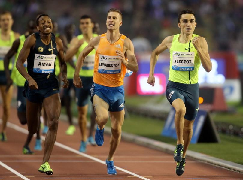 Adam Kszczot zwycięża na 1000 m podczas Mityngu Diamentowej Ligi w Brykseli. 5 września 2014. Za plecami - Lewandowski i Aman. Fot. PAP