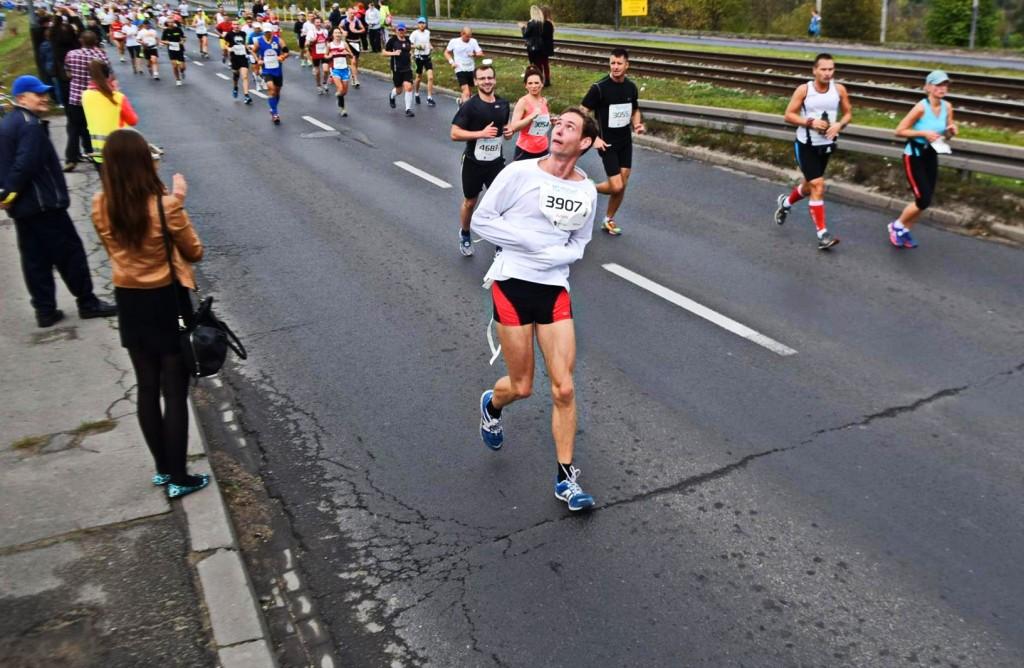 Adam Wrzecian - lubi się powygłupiać. Na zdjęciu podczas maratonu w Poznaniu. Fot. Archiwum Adama Wrzeciana