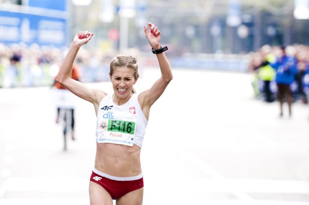 Iwona Lewandowska. Na zdjęciu wbiega na metę maratonu w Eindhoven jako pierwsza kobieta. Fot. Barbara Kerkhof