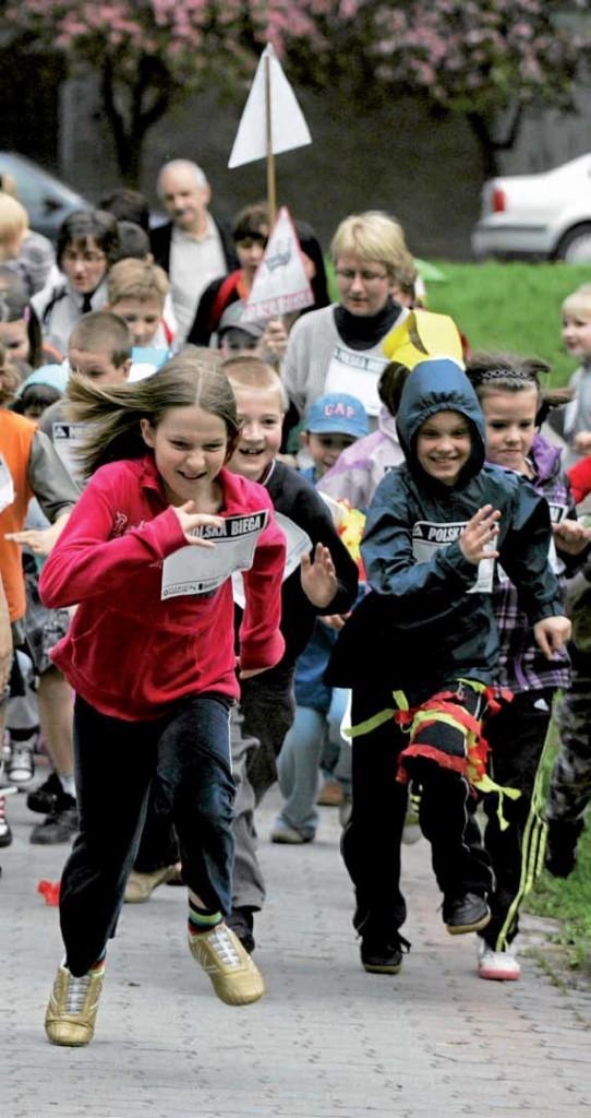 Dzieciaki biegają. Fot. East News