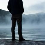 zamyślony człowiek nad jeziorem Fot. Todd Quackenbush