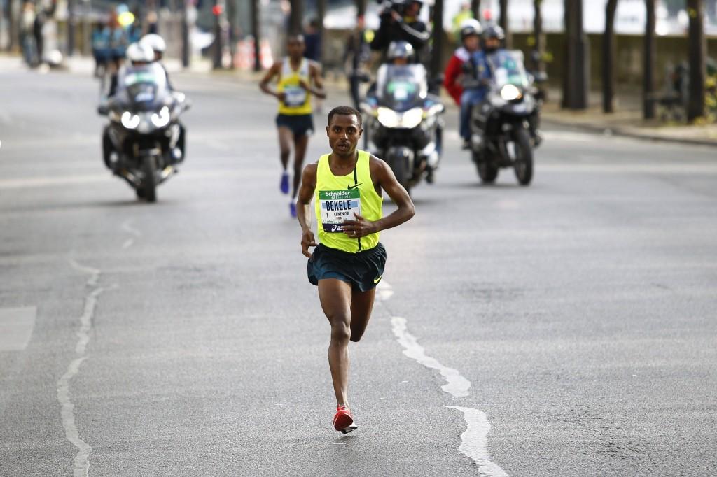 Kenenisa Bekele podczas swojego maratońskiego debiutu w Paryżu w 2014 roku. Fot. PAP/Panoramic
