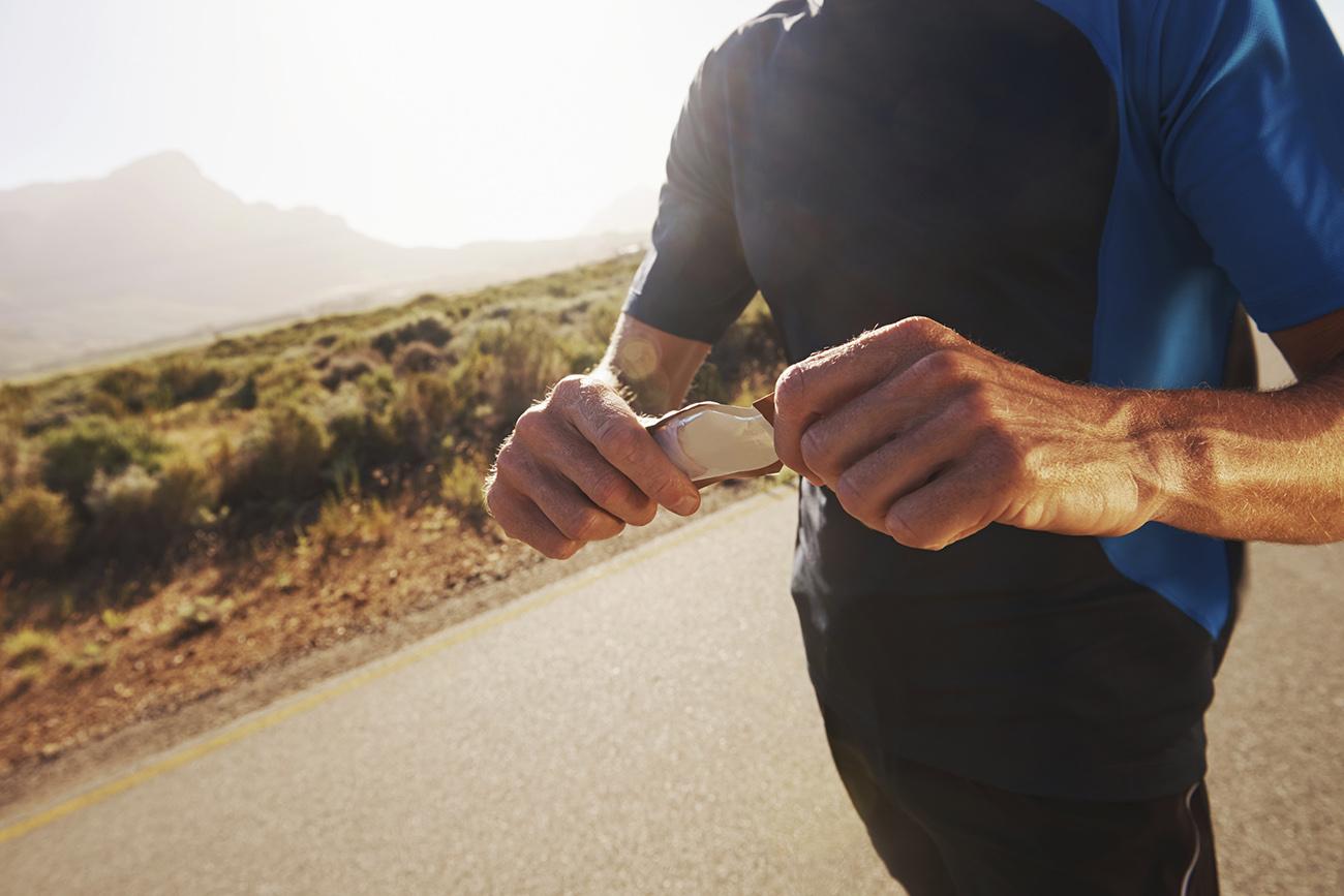 Biegacz z żelem na treningu (ładowanie węglowodanami) Fot. istockphoto