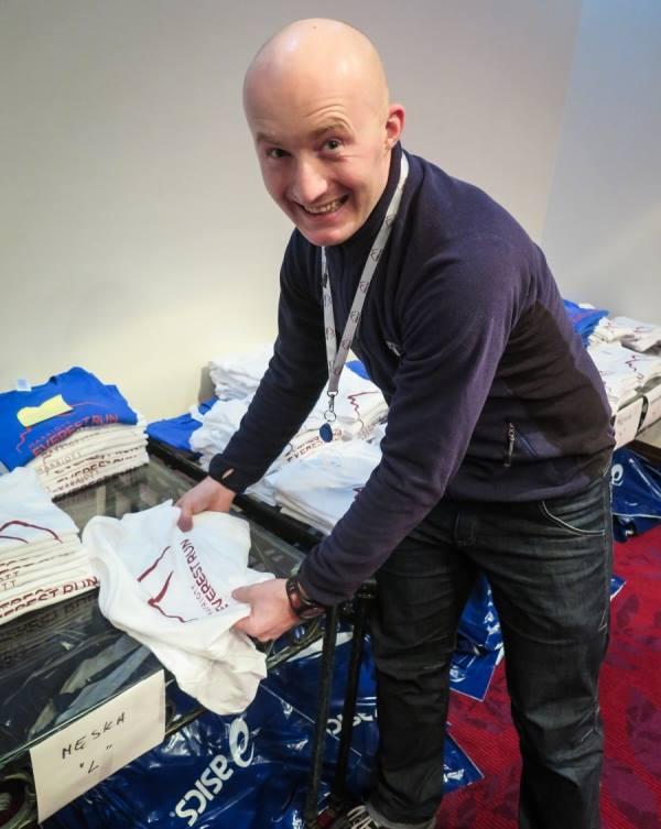 Maciek Stańczak odbiera pakiet na Marriott Everest Run Fot. Marta Tittenbrun